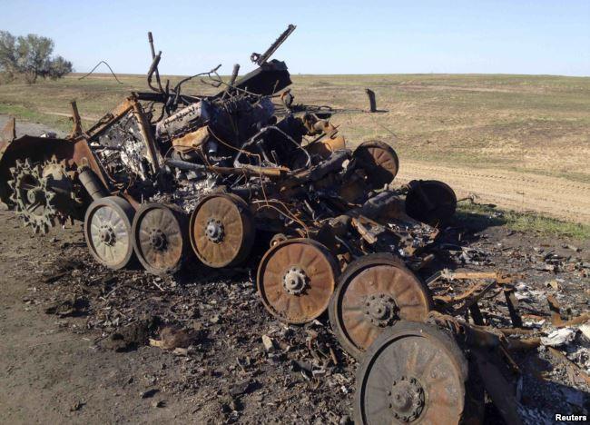 Уничтоженный БМП-2 на дороге у Старобережья под контролем пророссийских сепаратистов в Восточной Украине, 2 октября 2014