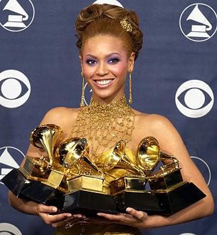 Beyoncé con i Grammy Awards vinti in carriera.