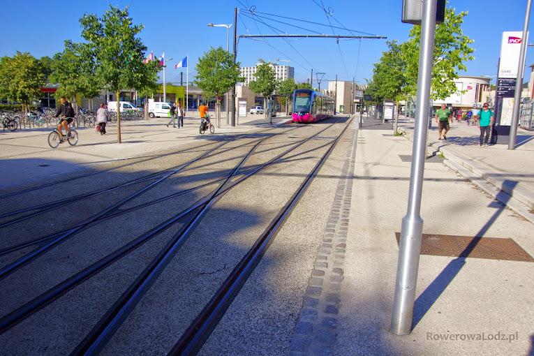 Tak wygladają okolice dworca w Dijon. Najważniejszy jest tu tramwaj ale jest też ogromny parking rowerowy (widoczny po lewej)