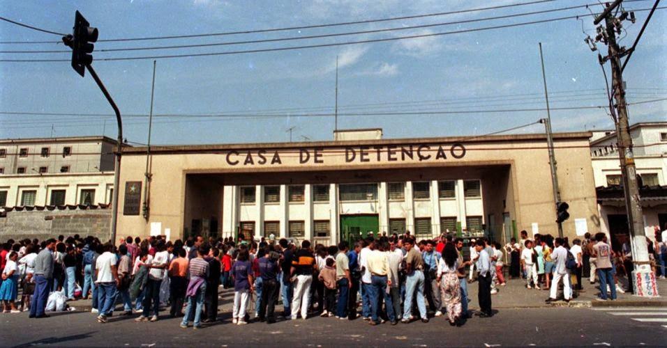 Familiares e amigos dos detentos aguardando notícias durante a rebelião. Fotografia: Luiz Novaes/Folhapress.