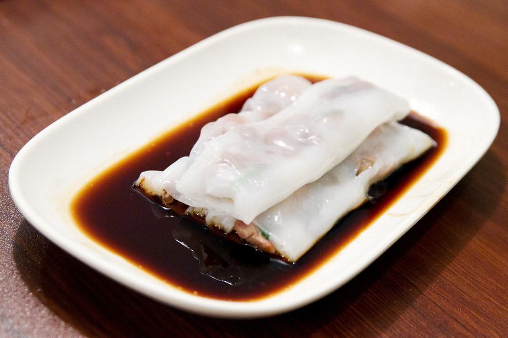 Cheong Fun (Bánh cuốn nhân): Khá giống bánh cuốn của người Việt Nam, Cheaong Fun có lớp vỏ mềm và nhân làm từ thịt bò hoặc tôm, chấm với nước tương.
