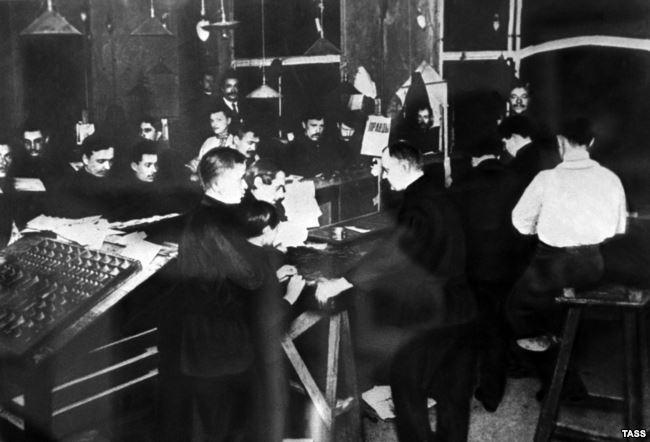 """Наборный цех типографии, где печаталась газета """"Правда"""". 1913 год"""