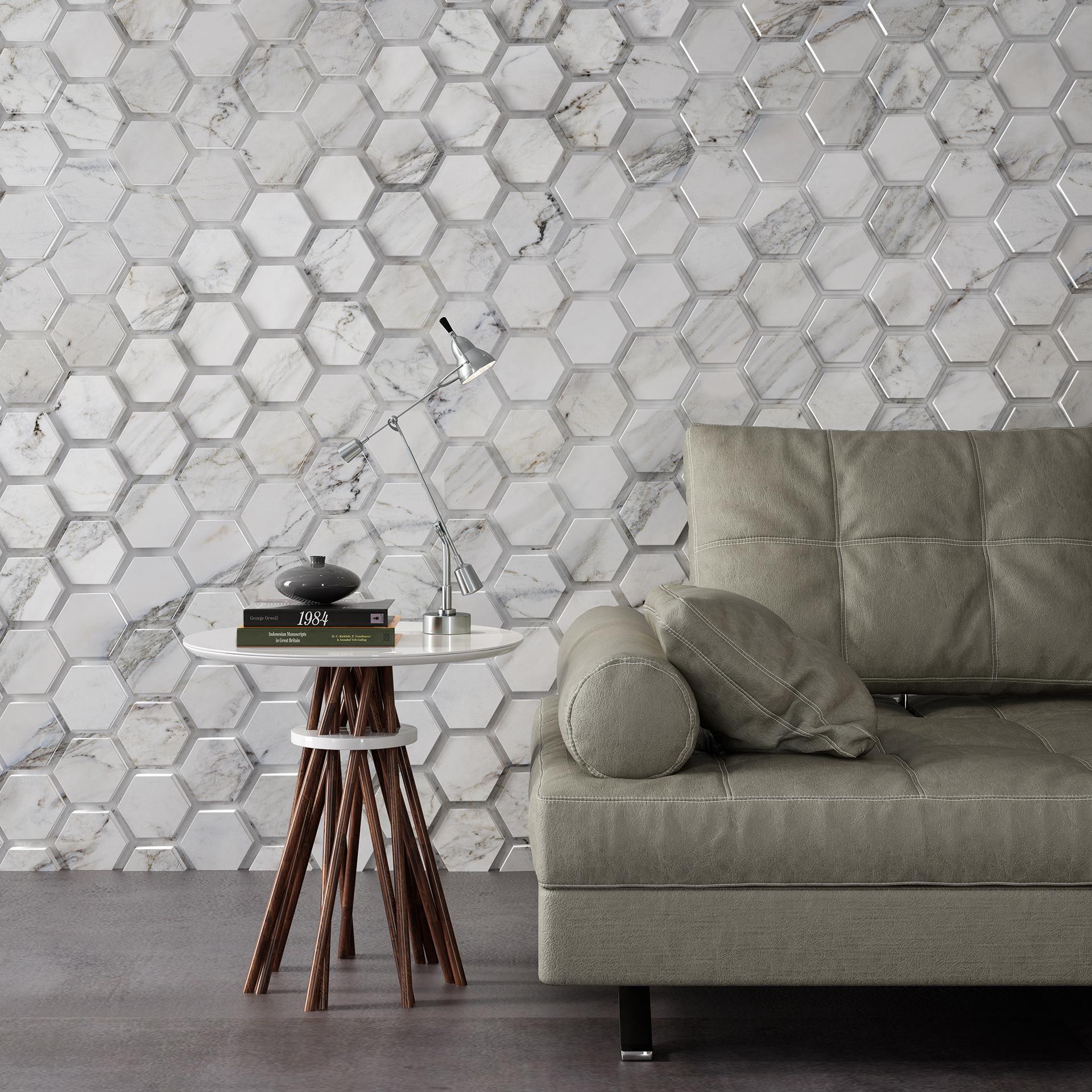Ambiente com sofá bege, piso chumbo, mesinha de canto redonda branca e de fundo revestimento hexagonal linha Polygon Colors