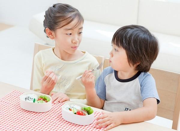 Mẹ có thể chia khẩu phần ăn của bé tăng lên khoảng 5 - 6 bữa trong ngày