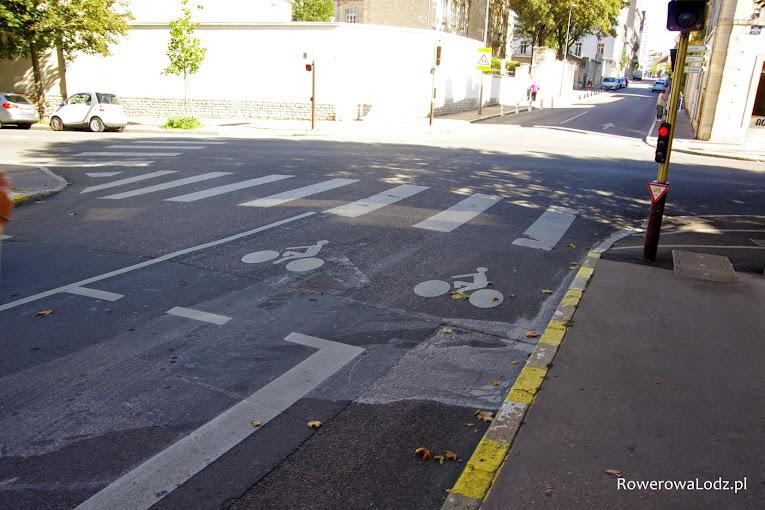 Śluza rowerowa, sygnalizator dla rowerów oraz znak zezwalający na wjazd roweru pomimo światła czerwonego.