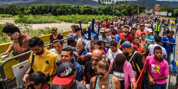 Hàng ngàn người Venezuela đi bộ sang Colombia mỗi ngày để dùng bữa ăn miễn phí