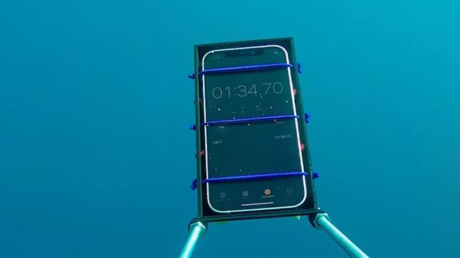 Bất ngờ trước khả năng chống nước bá đạo của iPhone 12 - 1