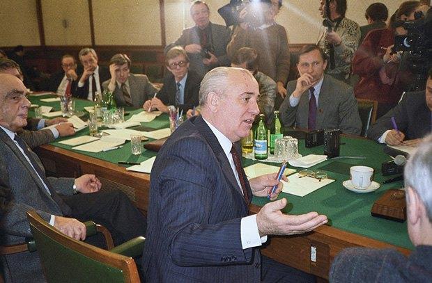 Президент СССР Горбачев отвечает на вопросы журналистов в Ново-Огарево