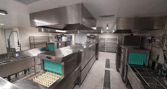 Tầng hầm của khách sạn là khu bếp với 6 khu vực khác nhau