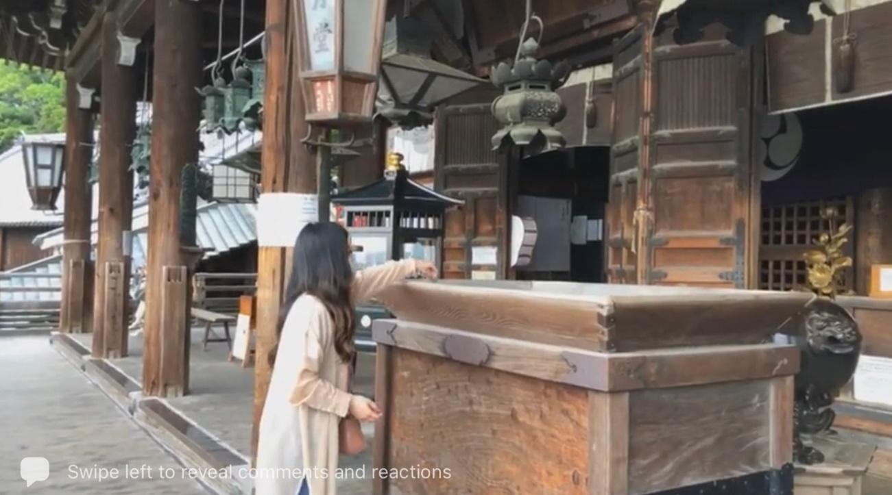 建物, 女性, テーブル, 座る が含まれている画像  自動的に生成された説明
