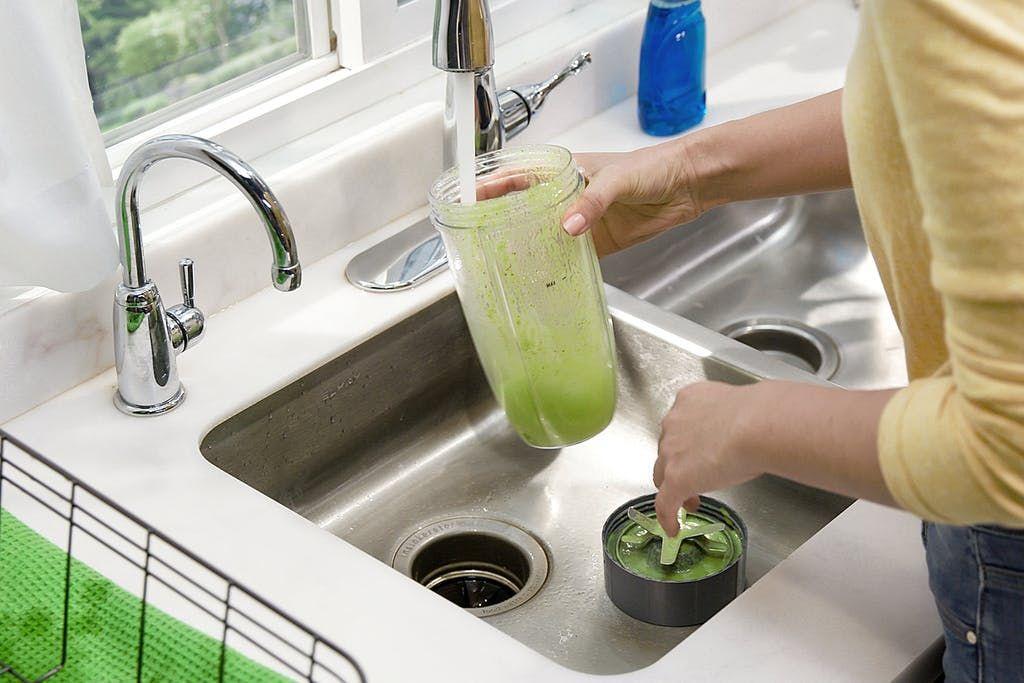 一張含有 個人, 室內, 廚房, 綠色 的圖片  自動產生的描述