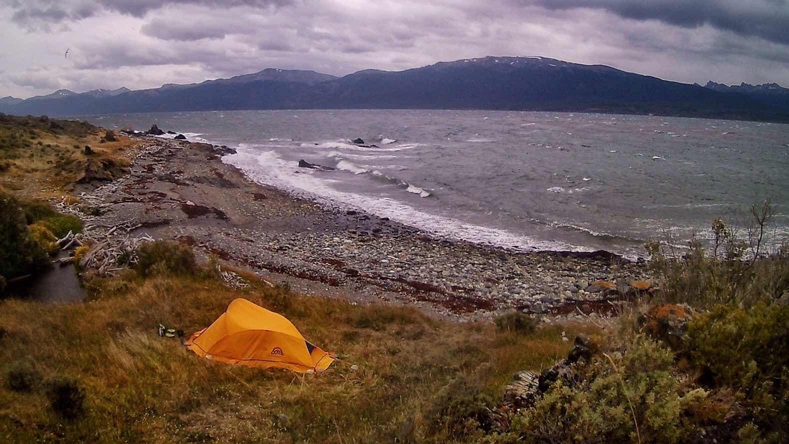 Acampando a lado el Canal de Beagle, Tierra del Fuego, Argentina
