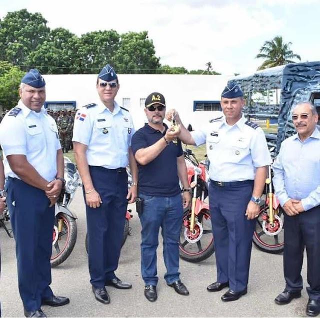 General de la Fuerza Aérea de República Dominicana El Mayor General Piloto Richard Vásquez Jiménez entrega equipos en la Base Aérea de Puerto Plata.