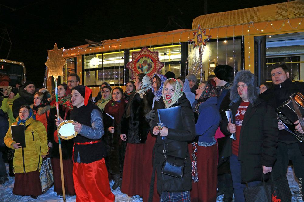 По Одеccе проехал краcoчный парaд рождественских трамваeв  - 3