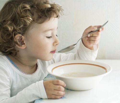 Cho trẻ ăn đồ ăn mềm lỏng, dễ tiêu như cháo, súp