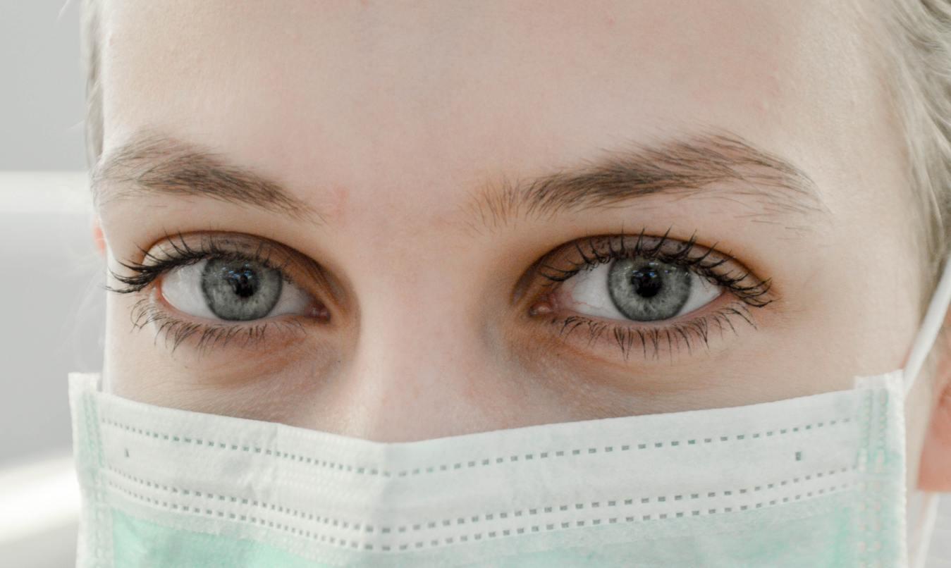 Mujer con mascarilla médica