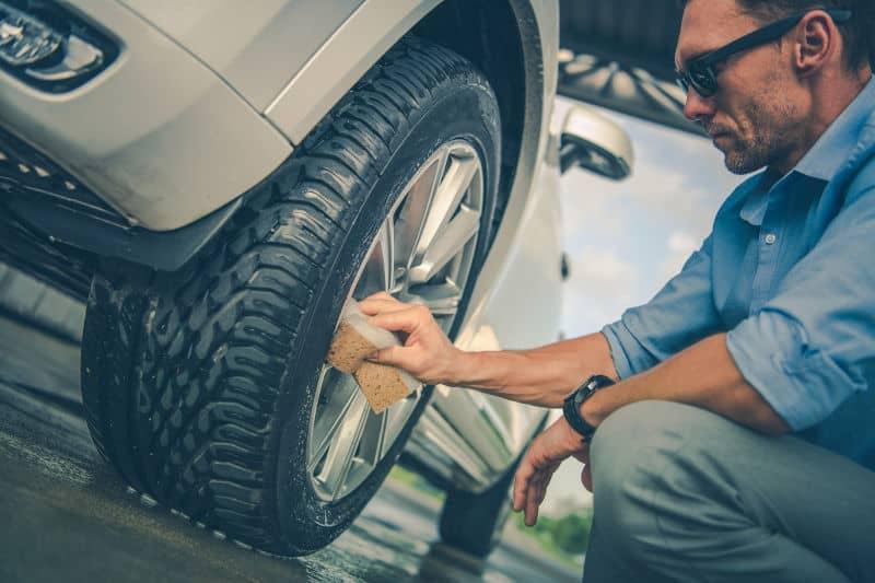 ¿Quieres que las llantas de tu automóvil brillen como las nuevas sin gastar dinero en limpiadores costosos?  Toma una cucharadita de bicarbonato