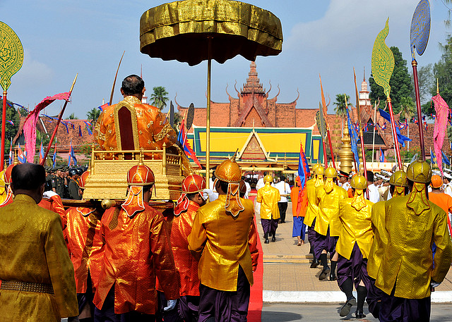 http://media.asie360.com/guidespays/cambodge/42-cambodge-fete-sillons-sacres.jpg