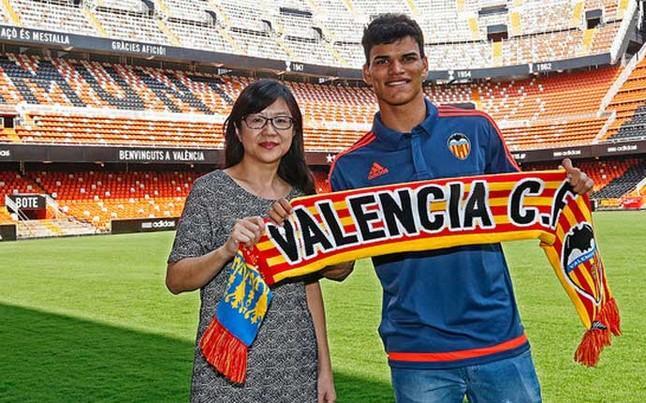 http://estaticos.sport.es/resources/jpg/4/7/danilo-barbosa-nuevo-jugador-del-valencia-1436946451474.jpg