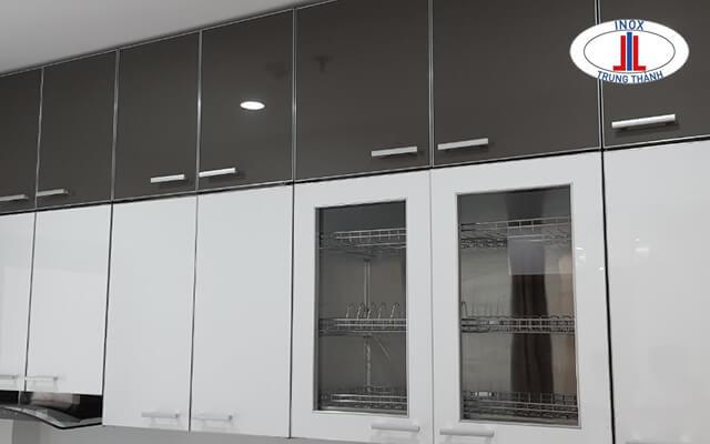Tủ bếp nhựa chạm trần đen - trắng
