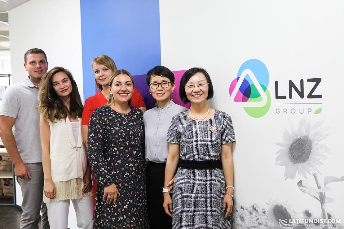 Эллен Ю, Синди Лу и представители LNZ