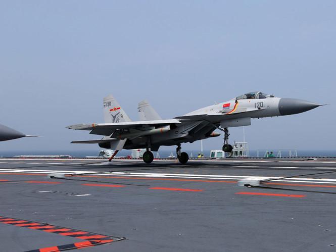 Chiến đấu cơ J-15 diễn tập hạ cánh trên tàu sân bay Liêu Ninh /// Bộ Quốc phòng Trung Quốc