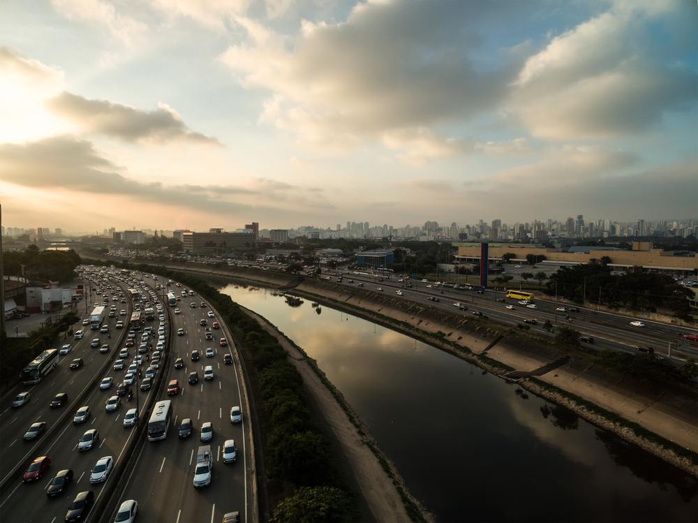 A adição de nova faixa na Marginal Tietê piorou a lentidão no tráfego local. (Fonte: Shutterstock/Gustavo Frazao/Reprodução)