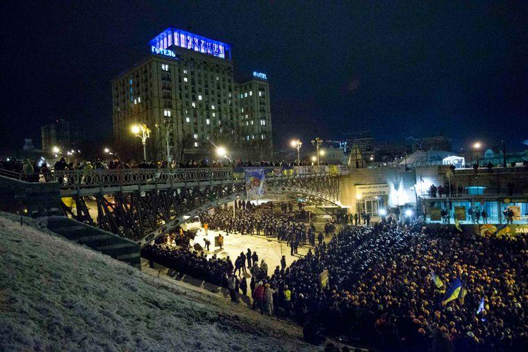 Украинские спецназовцы блокируют активистов Евромайдан около их палаточного городка на Майдане Независимости в Киеве, 11 декабря 2013 года