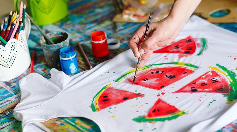 Use tinta têxtil para decorar camisetas - Fabuloso