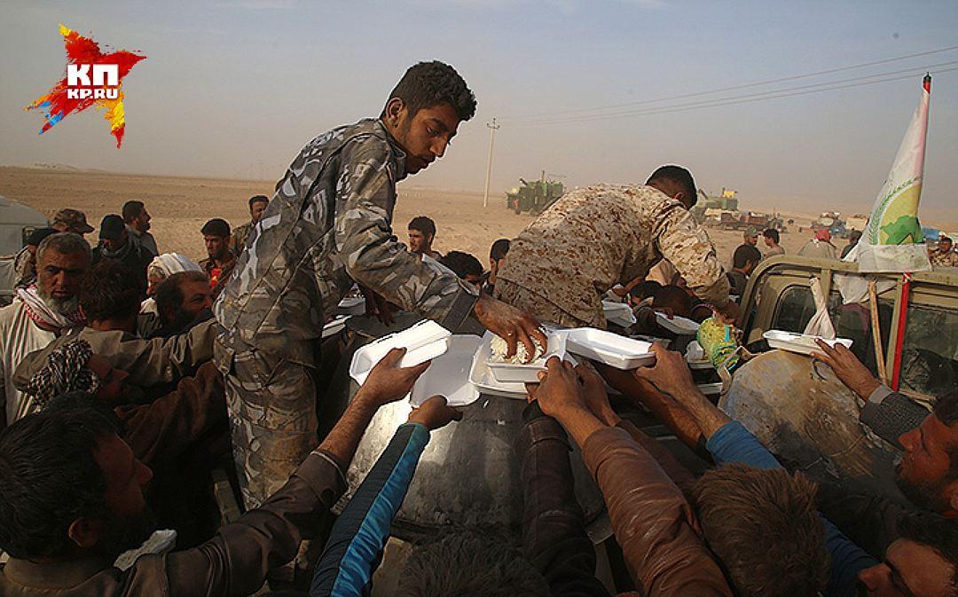 Раздача риса голодным беженцам. Фото: Александр КОЦ, Дмитрий СТЕШИН