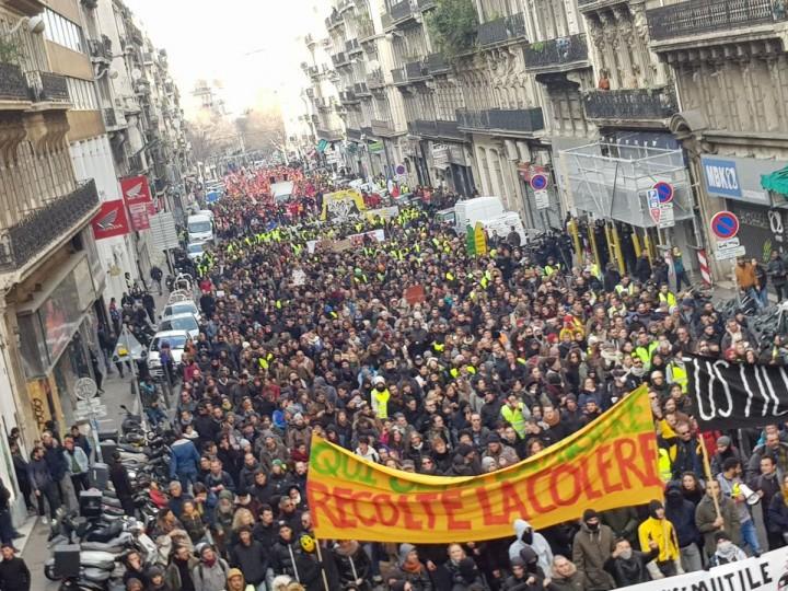 """法国各地的和平示威活动遭到防暴警察的袭击。横幅上写着:""""如果你播下苦难,你就会收获愤怒""""/图片:公共领域"""