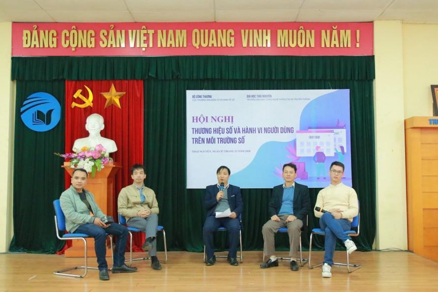 Các đại biểu tham dự hội nghị thảo luận và giải đáp thắc mắc cho các bạn sinh viên