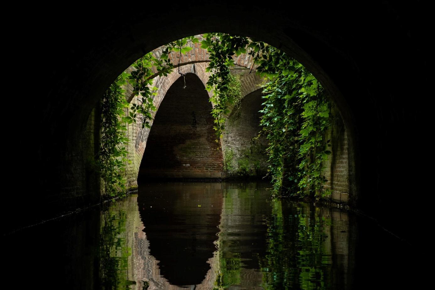 Afbeelding met water, weg, spoorwegtunnel, scène  Automatisch gegenereerde beschrijving