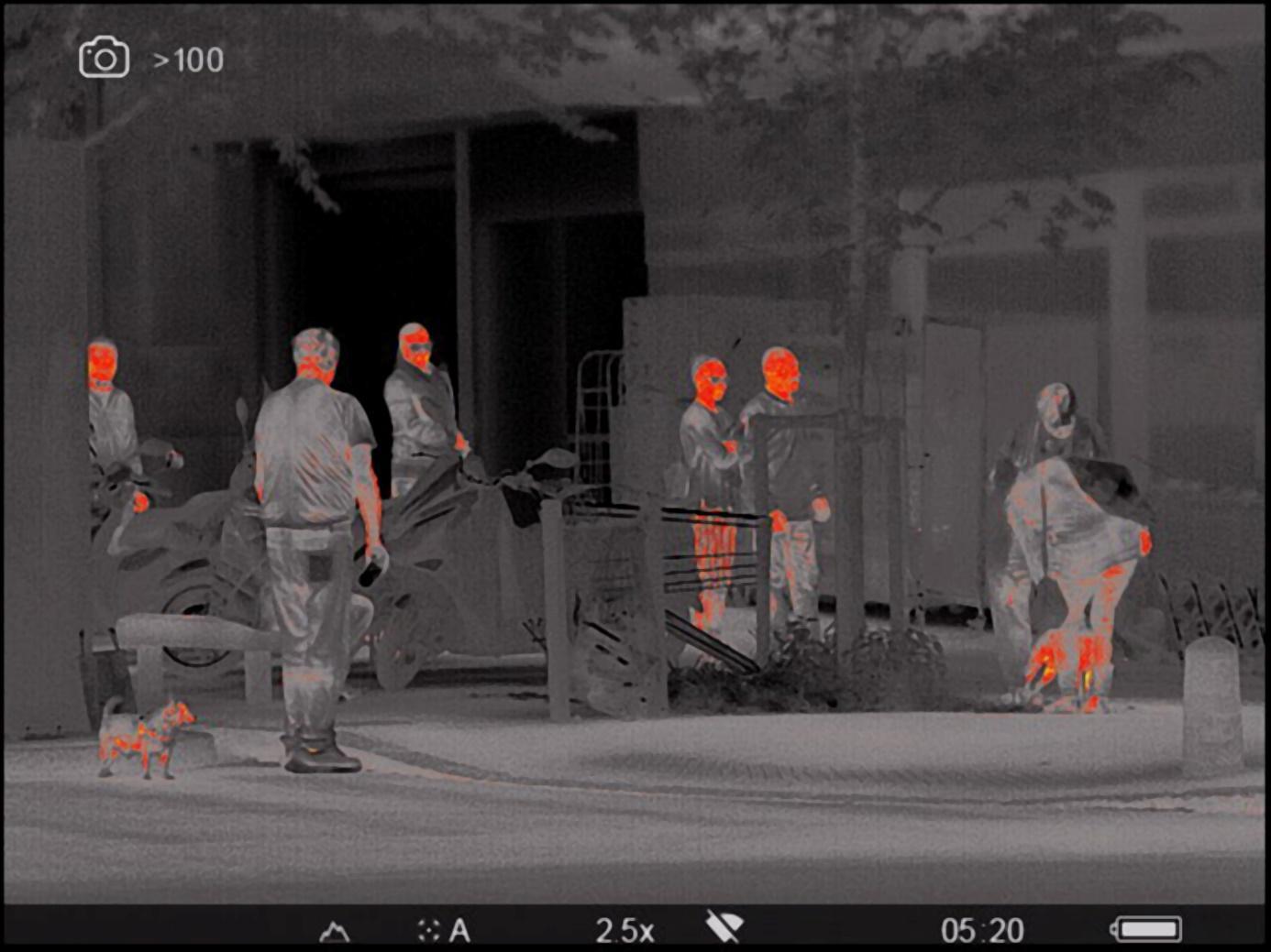 Une image contenant route, bâtiment, extérieur, homme  Description générée automatiquement