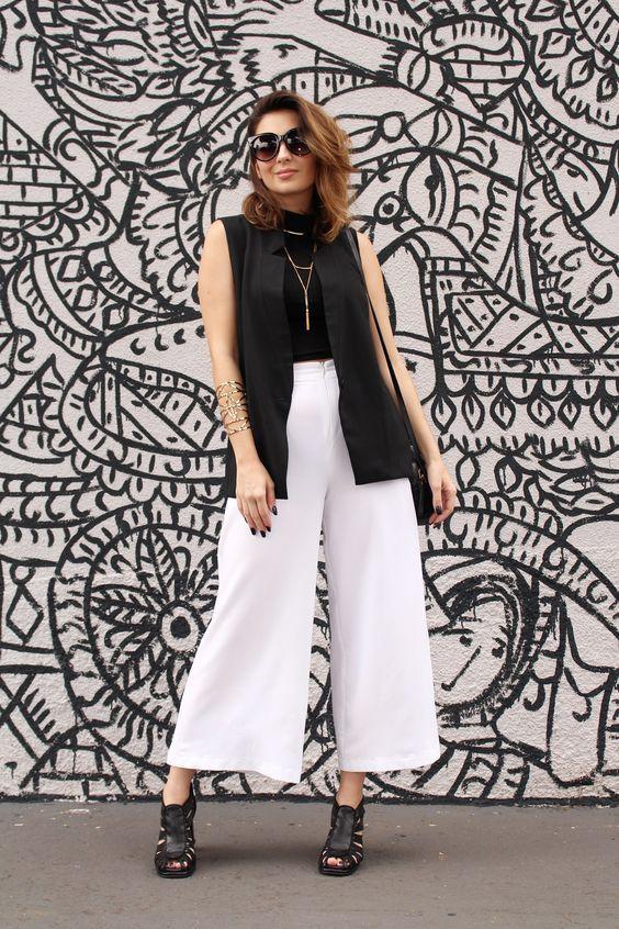 Looks Van Duarte - Moderno, Cool, Estiloso Calça Pantacourt branca, blusa gola alta, colete e colar minimalista, sandália salto grosso e pesado. Veja mais no blog