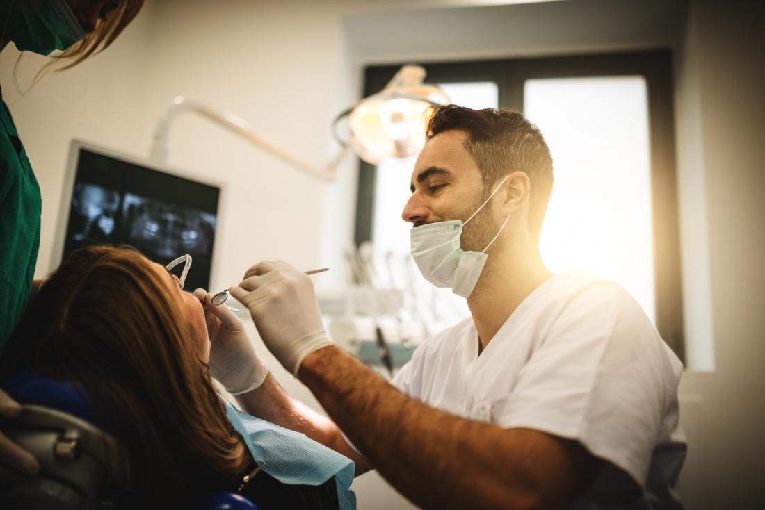Bir hasta üzerinde çalışan diş hekimi