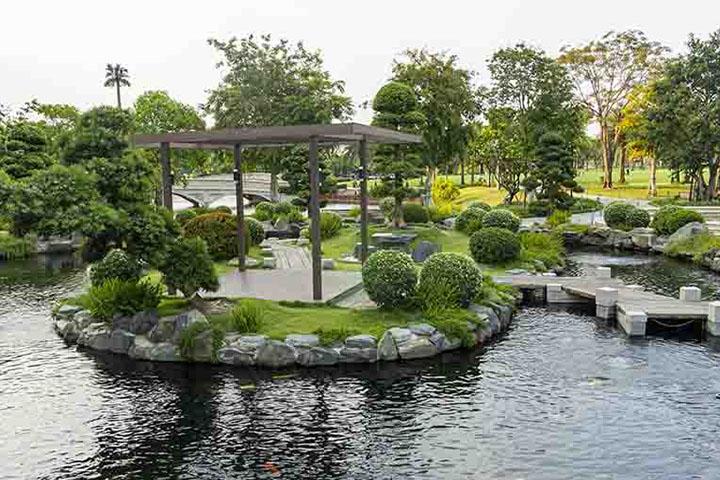 Nếu có đủ diện tích, hồ nước khiến cảnh quan thêm trong lành, mát mẻ hơn