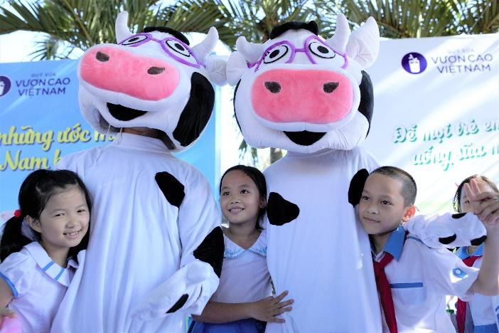 Vinamilk mang niêm vui uống sữa đến với trẻ em Quảng Nam