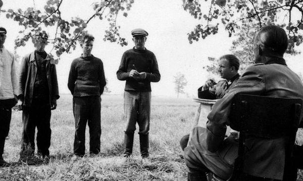 Герман Фегеляйн спілкується з селянами