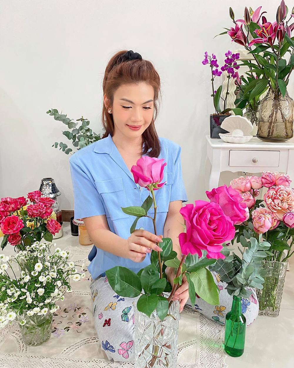 Để cuộc sống không bị nhàm chán khi nam ca sĩ có khá nhiều hoạt động trong ngày, điển hình như việc cắm hoa. (Ảnh: FBNV) - Tin sao Viet - Tin tuc sao Viet - Scandal sao Viet - Tin tuc cua Sao - Tin cua Sao