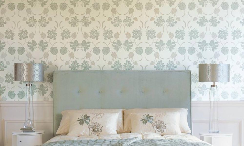 Gạch ốp tường phòng ngủ với hoa tiết đơn giản