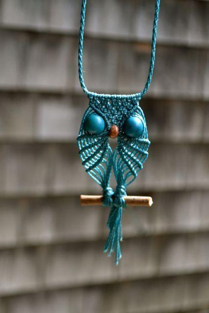 Colar de macramê azul em formato de coruja.