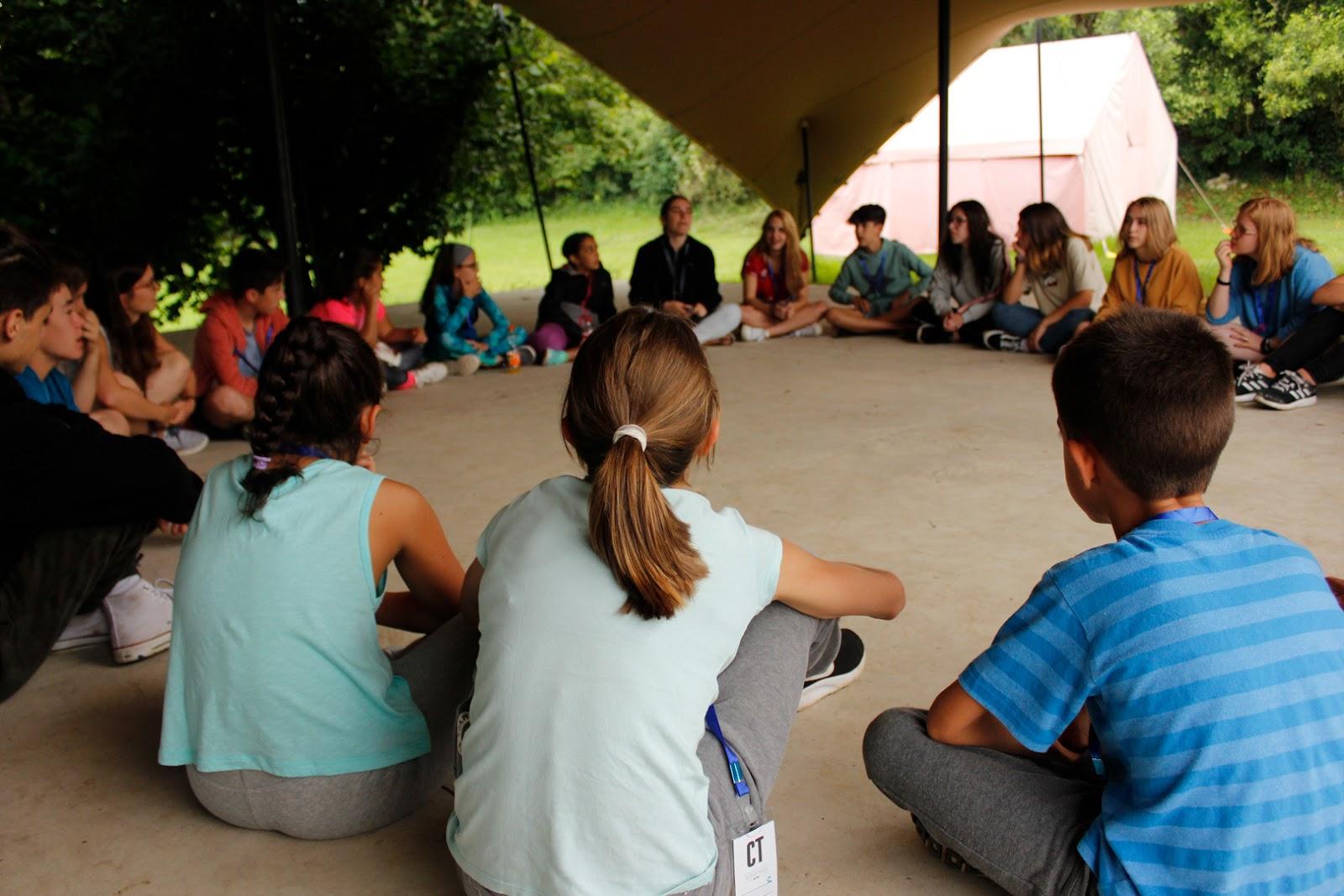 Jugamos a un juego dentro del campamento Emosie Camp Fest