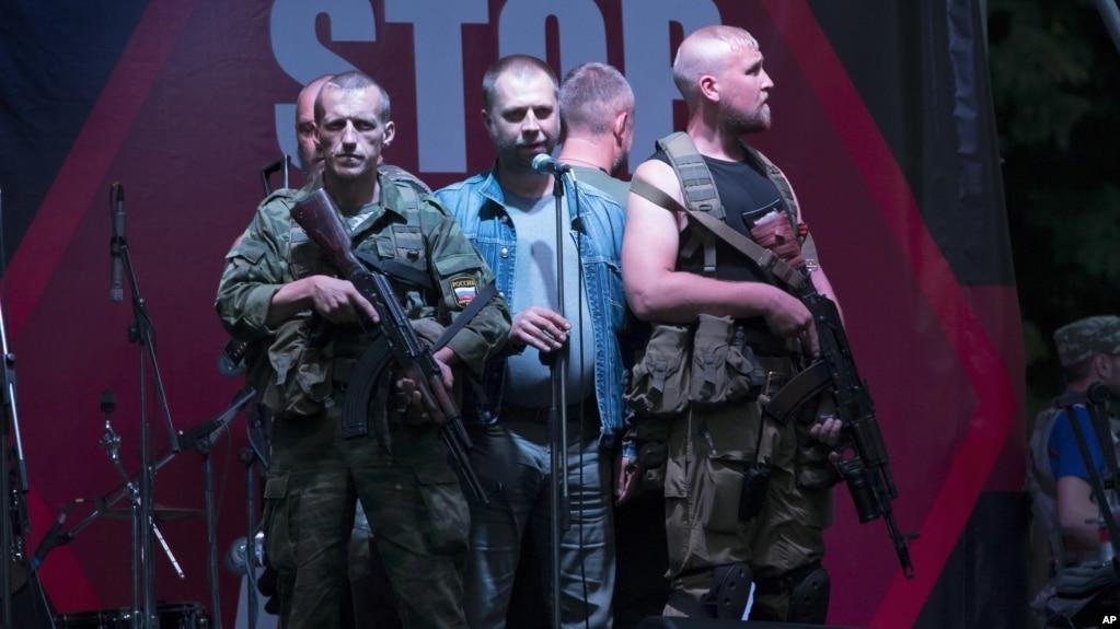 """Александр Бородай (в центре), бывший премьер-министр """"ДНР"""""""