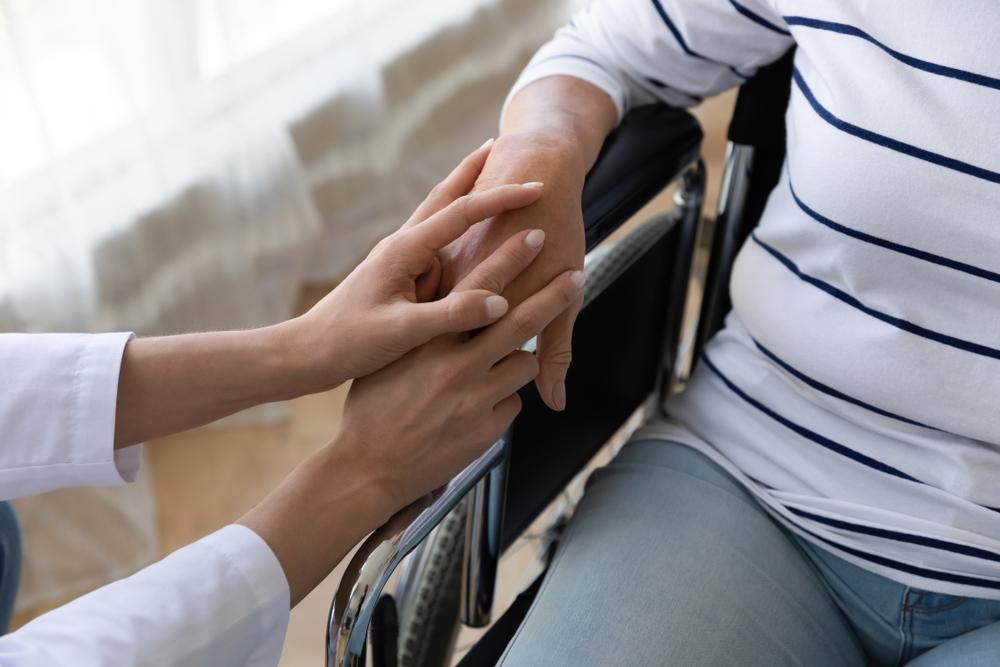 Instituições devem capacitar seus profissionais no trato com as PCDs. (Fonte: Shutterstock)