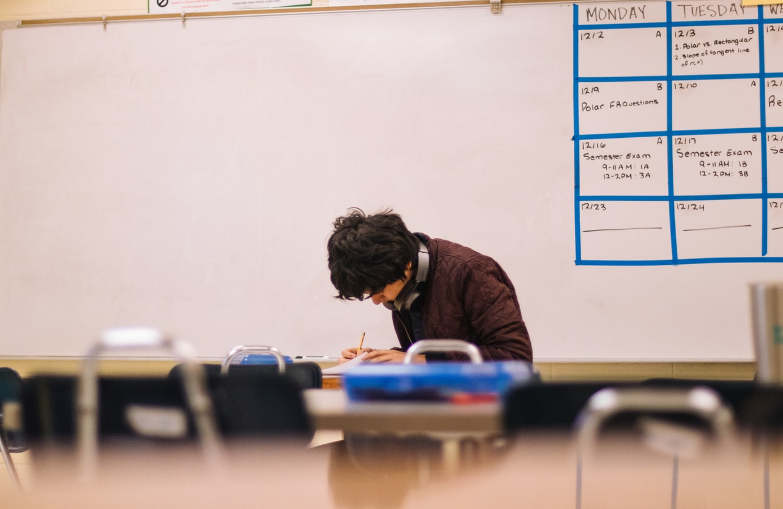 Garoto estudando em uma sala de aula