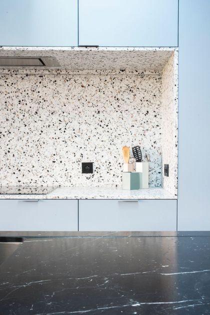 La niche de cuisine affiche un total look terrazzo