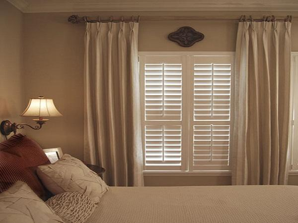 http://www.associerge.com/wp-content/uploads/2013/12/bedroom-window-treatments-ideas-110174.jpg
