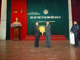 TS.Bùi Văn Vần- Trưởng Khoa TCDN tặng hoa cảm ơn TS.Nguyễn Xuân Nam đã đến báo cáo thực tế cho sinh viên của Khoa