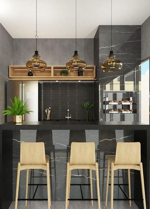 Area gourmet em estilo moderno com churrasqueira revestida de porcelanato escuro imitando pedras combinando com bancada revestida do mesmo material, cadeiras de madeira clara, armários e lâmpadas pendentes.